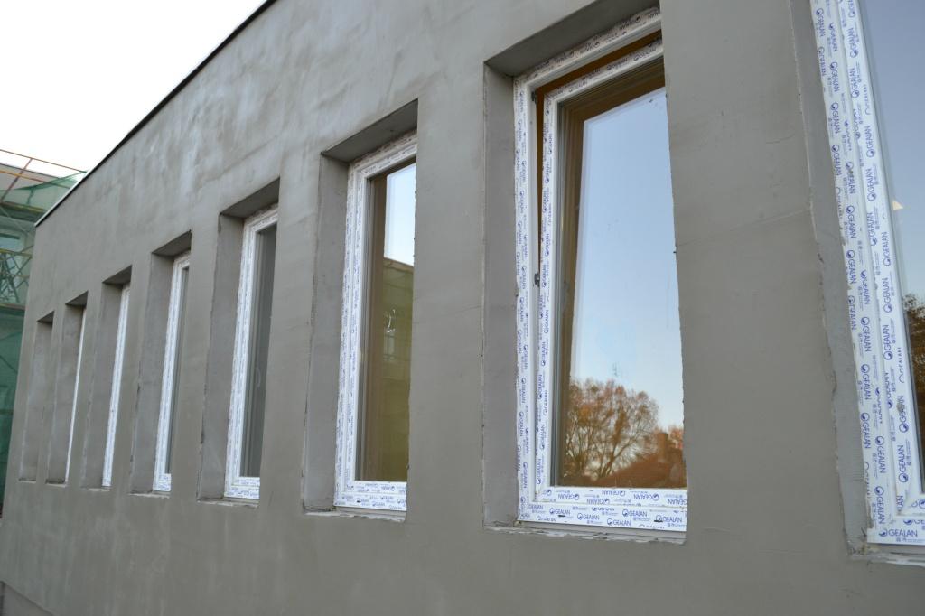gyermek rendelő új ablakai (még párkányok nélkül)